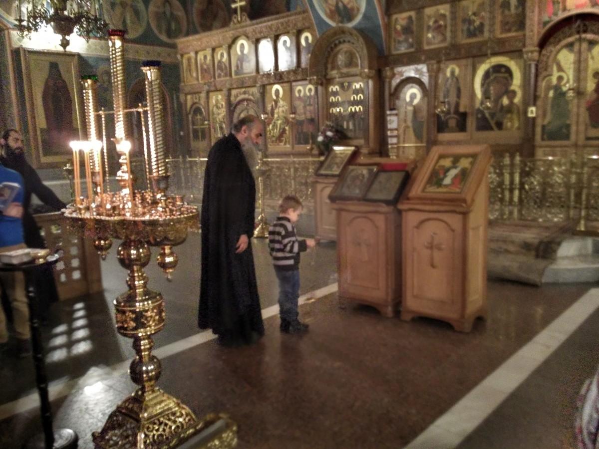 1 октября 2016 года. На Акафисте Пресвятой Богородице в Казанском храме. Подрастающая смена и наставник.