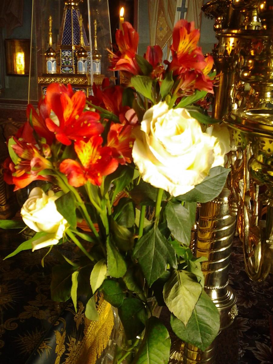 Цветы в алтаре у Престола
