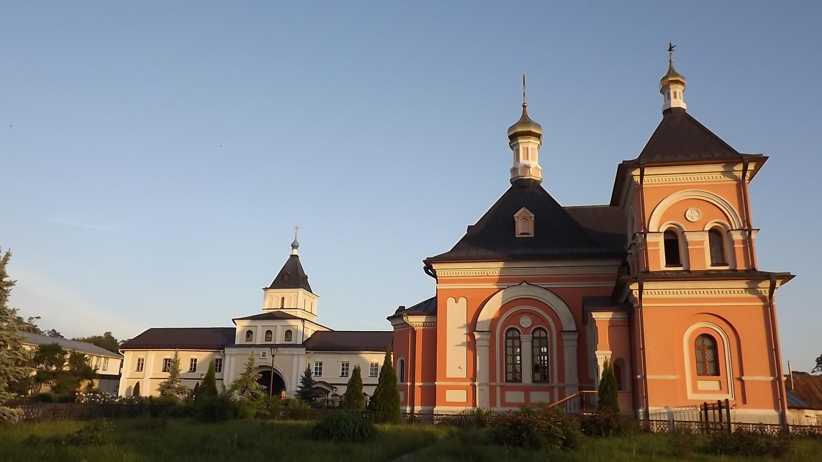 Преображенский храм и Святые врата