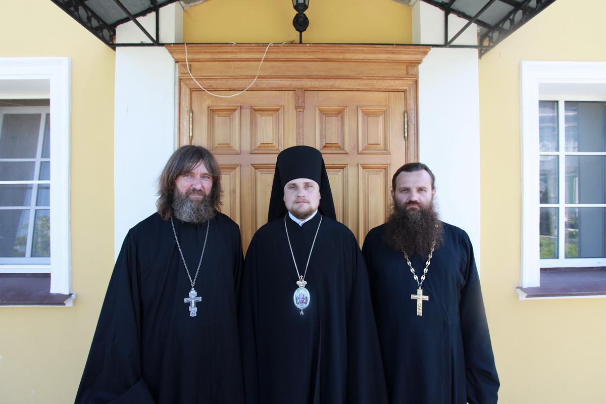 Епископ Иосиф и иерей Федор Конюхов (слева)