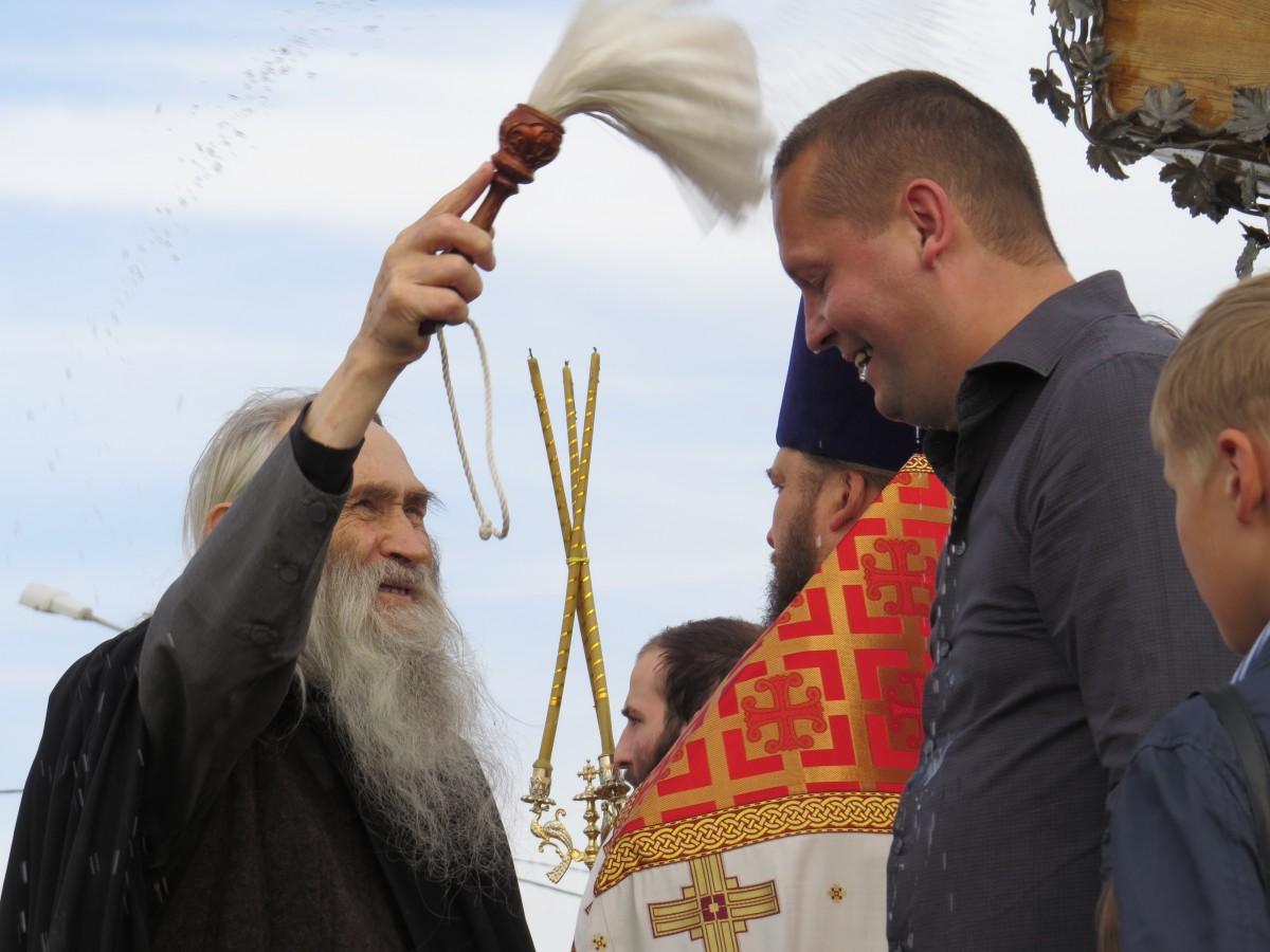 О.Илий обильно окропил строителя Креста