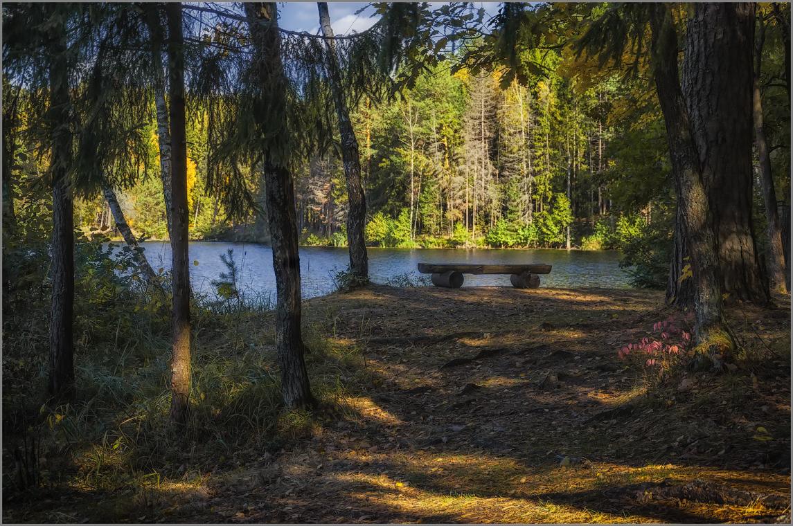 Скамейка у озера (снимок сделан 28 сентября 2014 г.)