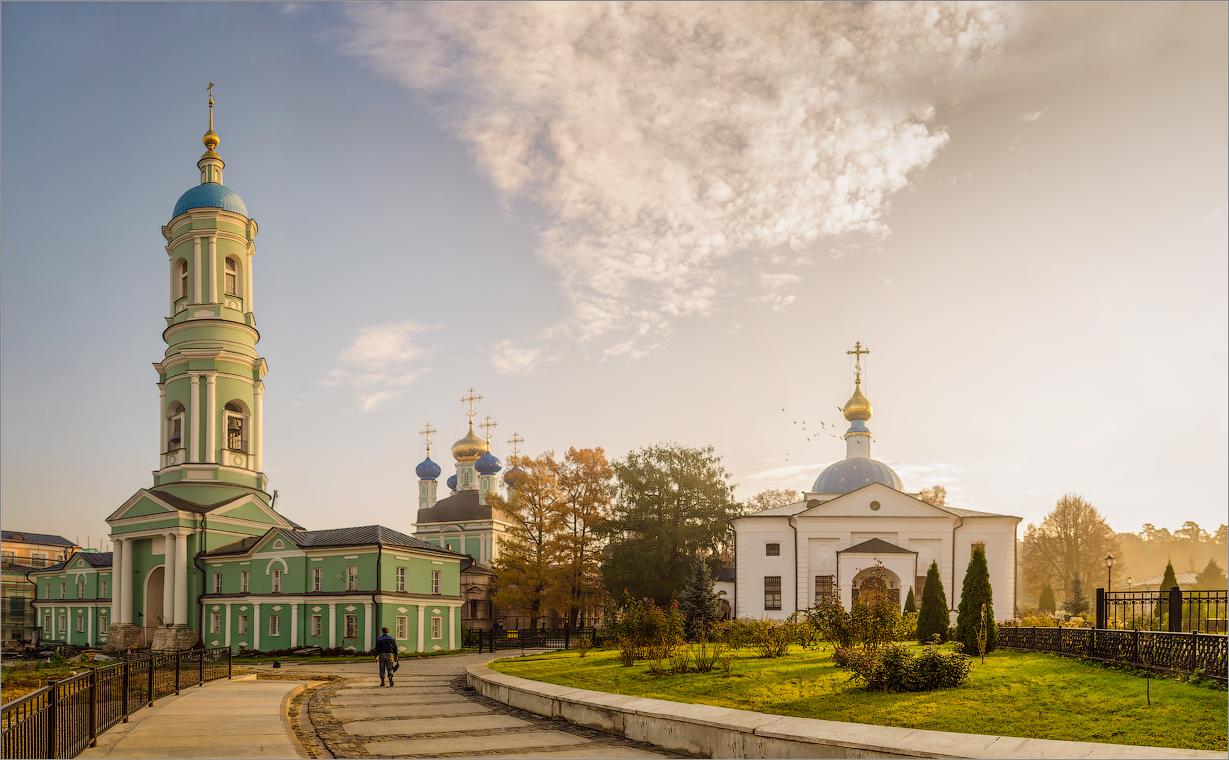 Солнечное утро в Оптиной ( Снимок сделан 11 октября 2013 г.)