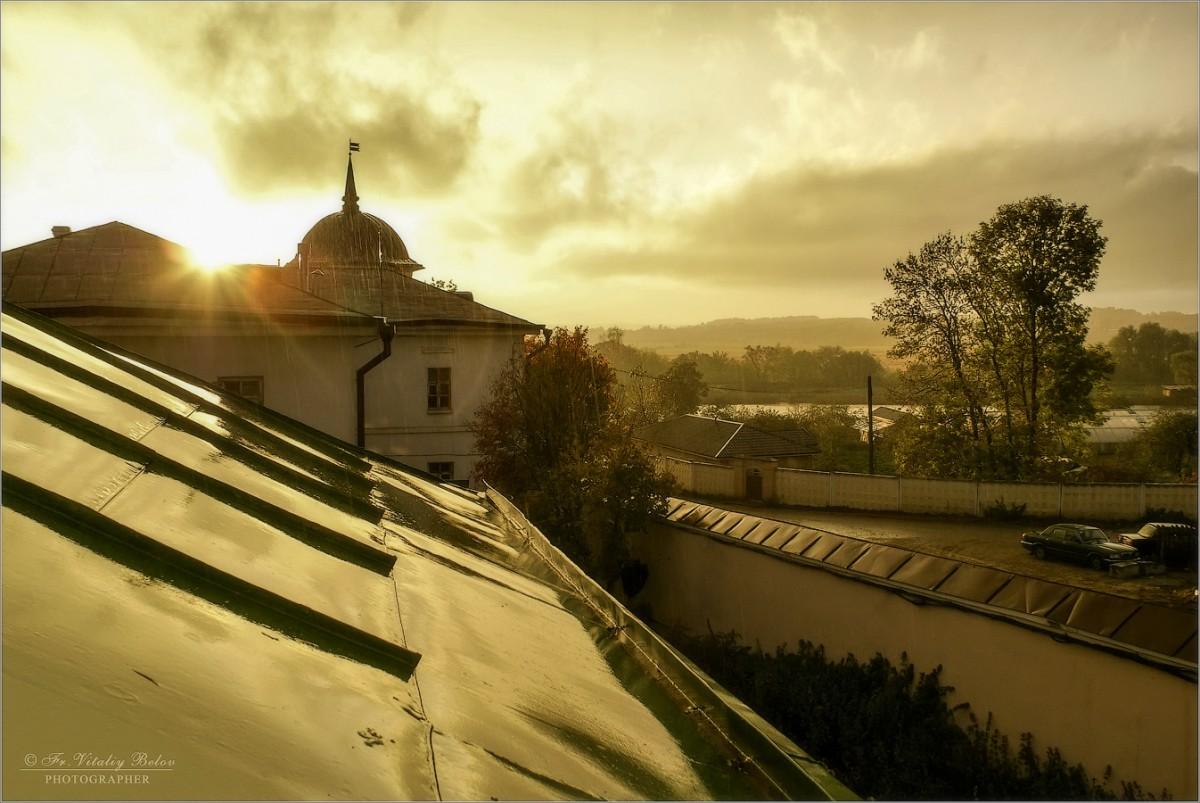 По крышам дождь стучал осенний (снимок сделан 29 сентября 2009 г.)