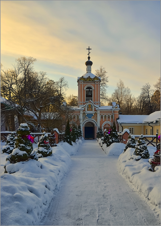 Скит с видом на колокольню ( Снимок сделан 15 января 2013 г.)