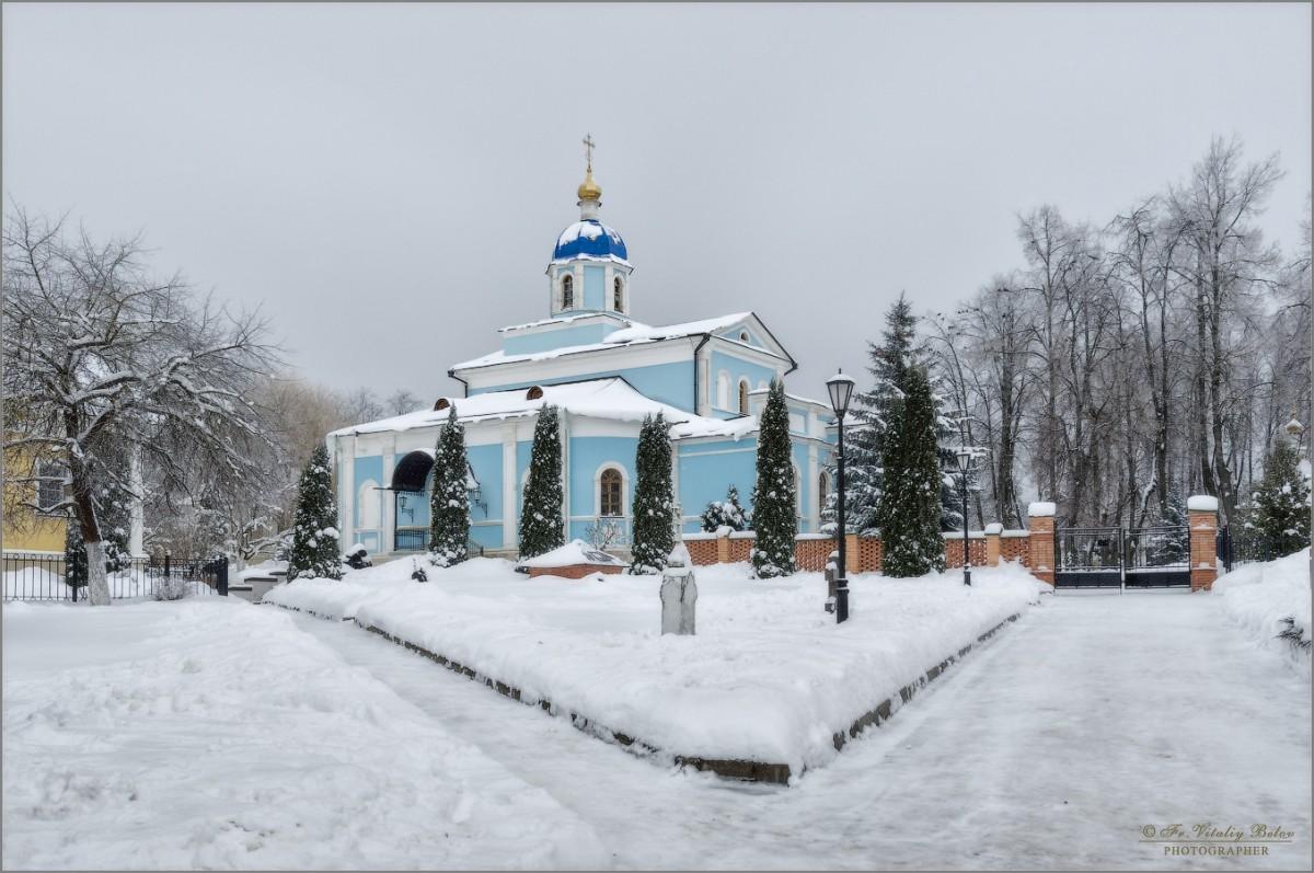 Владимирский храм в зимнем убранстве (снимок сделан 11 января 2017 г.)