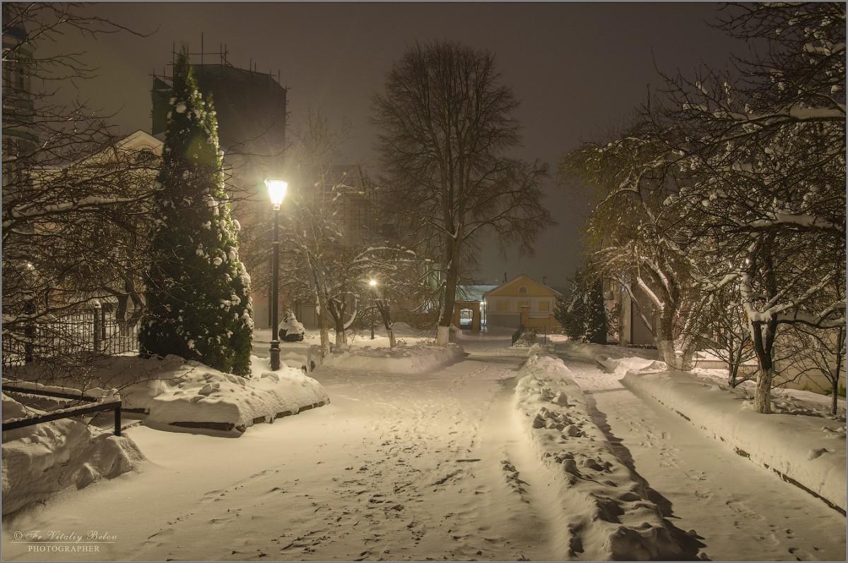 Свежий снег при свете фонарей (снимок сделан 4 января 2017 г.)