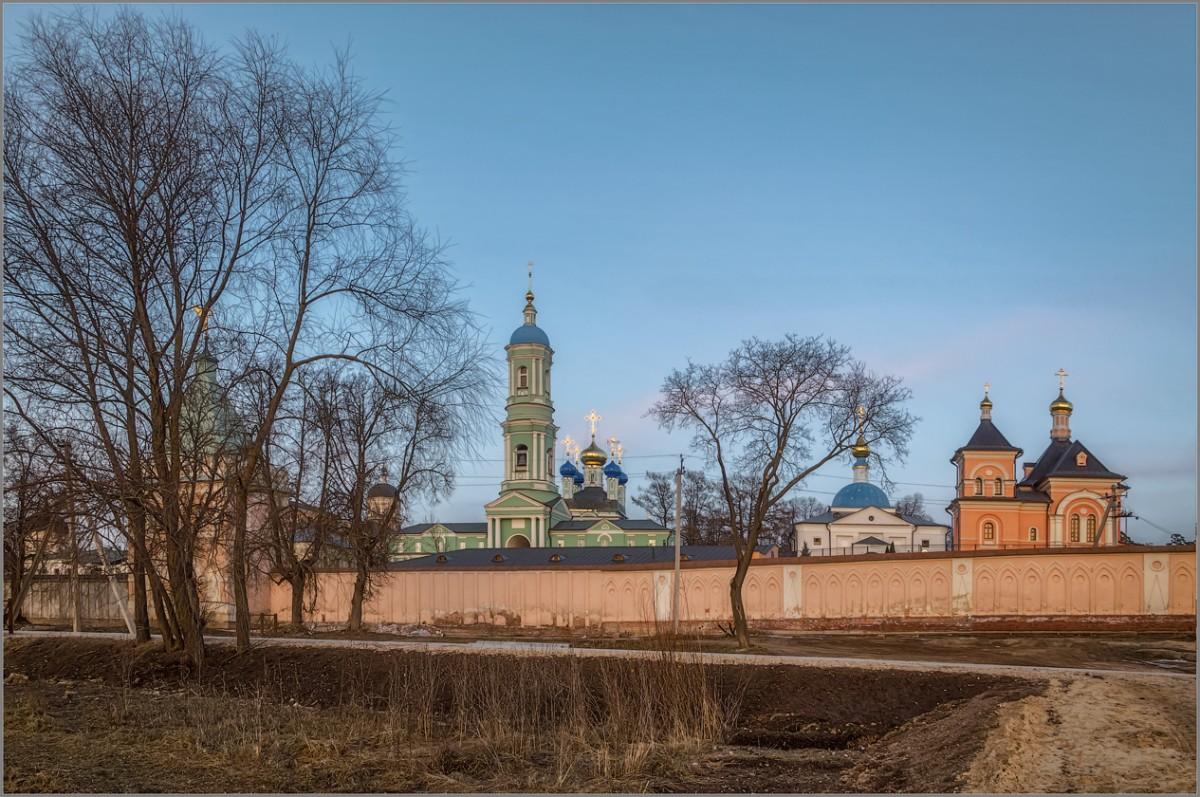 У стен монастырских (снимок сделан 28 февраля 2014 г.)