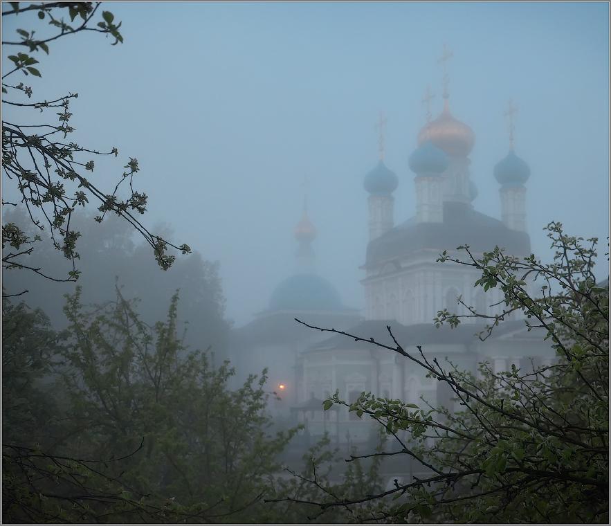 Туманным утром (снимок сделан 6 мая 2012 г.)