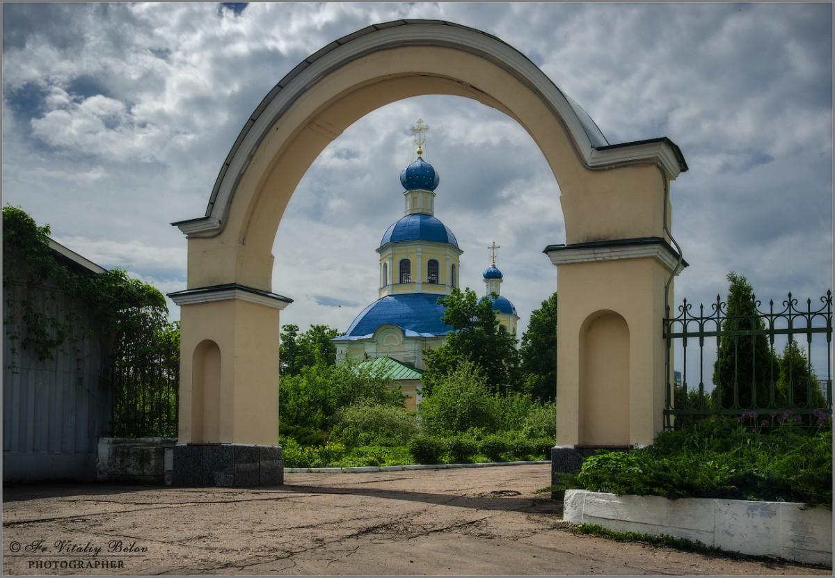 Храм Апостолов Петра и Павла в Ясенево (снимок сделан 21 мая 2013 г.)