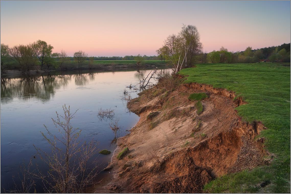 Подмытый вешними водами ( Снимок сделан 5 мая 2013 г.)
