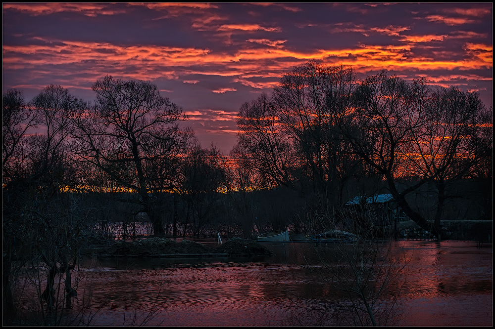 Тревожный закат ( Снимок сделан 21 апреля 2013 г.)