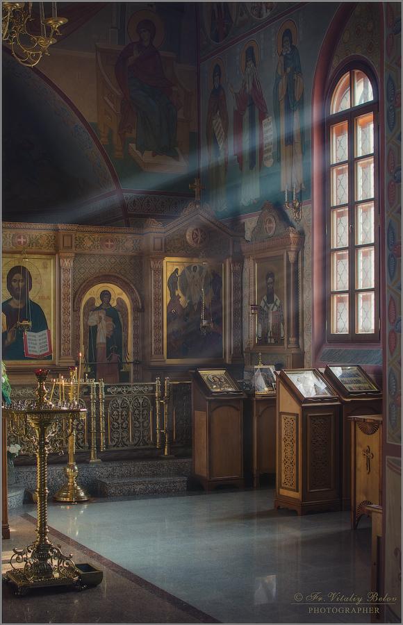 Струился свет в оконце храма (снимок сделан 19 февраля 2013 г.)