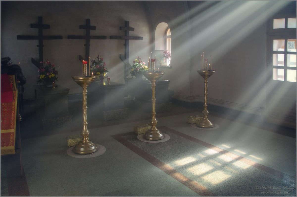Струился свет в часовне трех монахов (снимок сделан 25 февраля 2013 г.)