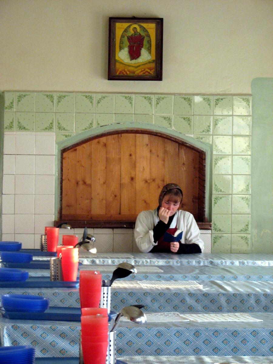 вот такие сестры трудились в трапезной осенью 2006 г.