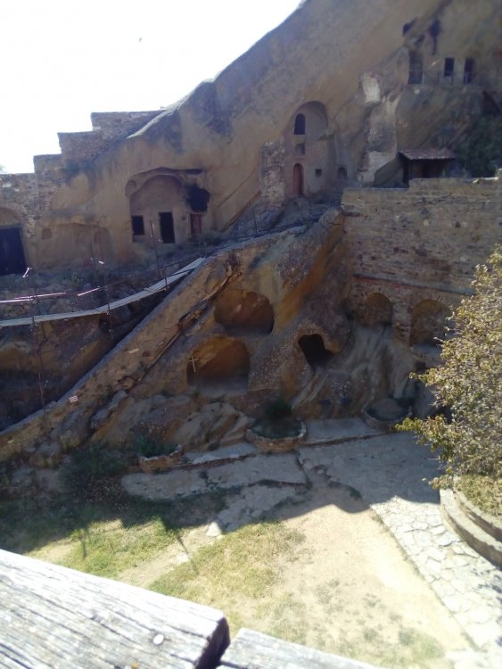 4. Пещеры подвижников. В пещере св. Давида виден крест