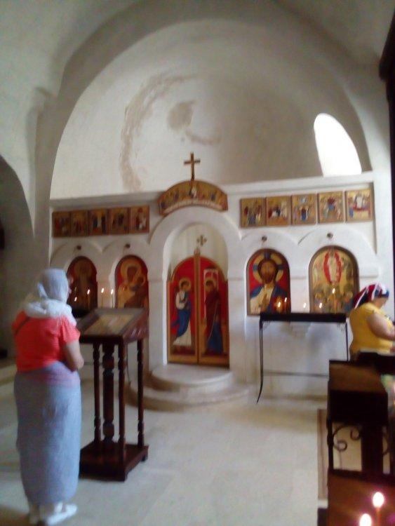9. Вхраме Преображения Господня. Женщина справа стоит у гробницы прп. Давида