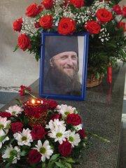 Портрет улыбающегося о.Варлаама на гробнице о.Ферапонта