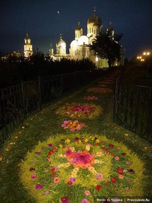 Дивеево успение украшение цветами фото