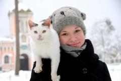 Знаменитые кошки Оптиной (слева)