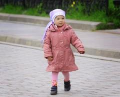 Очаровательная девочка в розовом