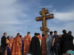 Крест освятил епископ Никита