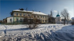 Старый дом и монастырская башня ( Снимок сделан 26 января 2014 г.)