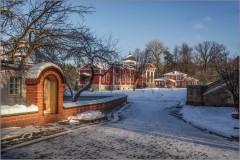 Скит с видом на храм ( Снимок сделан 26 января 2014 г.)
