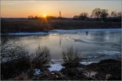 Рискующий одинокий рыбак (снимок сделан 28 февраля 2014 г.)