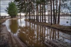 Скрывший дорогу разлив ( Снимок сделан 21 апреля 2013 г.)