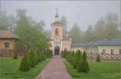 Встречает стройными рядами, благословенный скит святой (снимок сделан 6 мая 2012 г.)