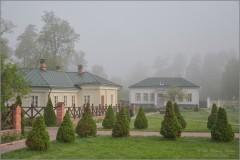 Стоят деревья, как солдаты, на территории скита (снимок сделан 6 мая 2012 г.)