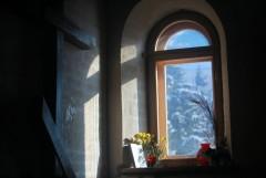 В часовне (окно)